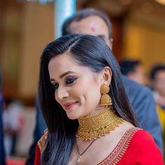 Meet Pashmina - Our Effortless & Elegant Bride In Sabyasachi's 2020 Co – WedBook Jewelry Design Earrings, Gold Earrings Designs, Gold Jewelry, Gold Necklace, India Jewelry, Temple Jewellery, Necklace Designs, Bengali Bridal Makeup, Indian Bridal