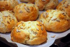 Deze ontbijtbroodjes zijn heerlijk luchtig door de kwark (die je overigens niet echt terug proef) en zijn supermakkelijk om te maken, je zet de broodjes binnen 35 minuten op tafel!