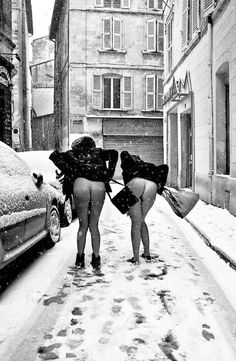 Très belles fesses! Mais pourquoi n' ont-elles pas mis de p'tite culotte par ce froid?