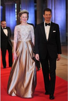 Prince Alois of Liechtenstein (R) and his wife Princess Sophie pose as they arrives to attend a Netherlands Royal Dinner in Amsterdam on 29 April 2013