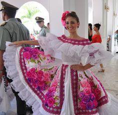 Trajes Tipicos y tradicionales del mundo: trajes tópicos Colombia Venezuela Mexican Traditional Clothing, Traditional Dresses, Mexican Costume, Mexican Party, Fashion Show, Spring Fashion, Fashion Design, Colombian Culture, Aztec Culture