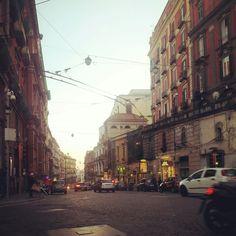 """Ci sono giorni che la corsa si ferma, non troppo, giusto il tempo di ammirare il tramonto in una Napoli eternamente sospesa fra il passato e il presente, il progresso e Il regresso, l ' amore e la vendetta. Questa Napoli che accoglie chiunque sia abbastanza """"for e cap"""" da poterla sopportare. Questa Napoli d ' attori, artisti, cantori, d'amanti e traditori, di figli e di madri. La Napoli unica com ' è inimitabile ogni luogo ma sempre fin troppo alla ricerca di unicità da risultare plateale…"""