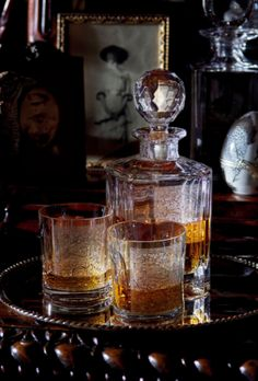 Nice, they set out the antique decanter and glasses with the good whisky. Style Retro, Classic Style, Bandeja Bar, Gentlemans Lounge, English Country Manor, English Style, Cigar Room, Cigars And Whiskey, Decoration