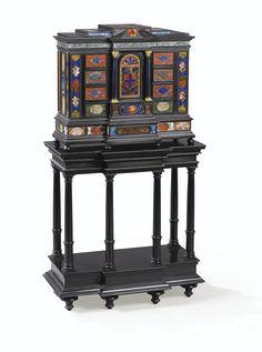 Cabinet en ébène, travail romain du XIXe siècle, orné de pierrres dures du XVIIe siècle