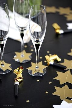 120 DIY New Years Eve Party Decorations that'll Earn you Brownie Points - Hike n Dip - - Make your New Year's Eve decoration earn Brownie points with these awesome New Years Eve Party Decorations. You'll love these NYE Party decoration ideas. New Years Eve Day, New Years Party, New Years Decorations, Christmas Decorations, Holiday Decor, Brownie Decorations, Holiday Parties, Holiday Ideas, Tapetes Vintage