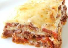 Beef Lasagne Recipe ~ This lasagne consists of layers of rich meat sauce, creamy cheese sauce and tender pasta topped with a layer of golden melted cheese // another bechamel lasagna idea Beef Lasagne, Meat Lasagna, Lasagne Recipes, Meat Recipes, Pasta Recipes, Cooking Recipes, Lasagna Bolognese, Low Fat Lasagna Recipe, Lasagna With Bechamel Sauce