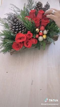 Christmas Flower Arrangements, Flower Arrangements Simple, Christmas Flowers, Christmas Candle Decorations, Christmas Ornament Crafts, Flower Decorations, Christmas Videos, Christmas Fun, Christmas Wreaths