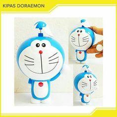 Kipas Angin Mini Doraemon Kode : KPS1009-KPS1010  kipas angin doraemon dan Hellokitty  kipas angin berbentuk doraemon dengan kepalanya yang besar lagi tersenyum ini sangat praktis dan efisien. Meskipun mini fan doraemon ini berukuran kecil tapi sangat membantu dan bermanfaat sekali loh apalagi saat lagi panas-panasnya cuaca di siang hari. Dengan kipas angin mini doraemon ini kita masih bisa merasakan semilir udara.  Mini fan yang satu ini selain bentuknya yang cute dan lucu sangatlah unik…