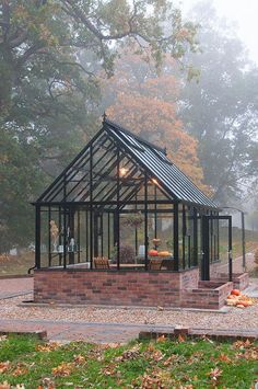Höstdimman rullar in. Nya visningshuset The Cape Cod Greenhouse, mellanstorlek, 5,7 x 3,2 m, 18 kvm. • Autumn mist and The Cape Cod Greenhouse, 10ft x 18ft. #PergolaLosAngeles