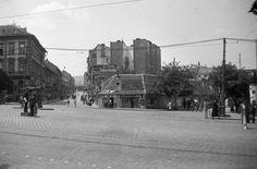 Széna tér, szemben a Retek utca, jobbra a Lövőház utca torkolata.