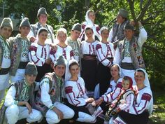 Romanian traditional costumes Part 1 Port national – Romania Dacia Folk, Eastern Europe, Countries Of The World, Digital Image, Traditional Outfits, Most Beautiful, Fashion Outfits, Costumes, Clothes