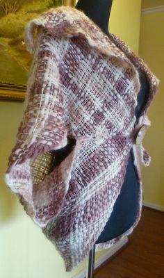 Taller de Ana María: PRENDAS EN BASTIDOR Loom Weaving, Hand Weaving, Loom Patterns, Alternative Fashion, Plaid Scarf, Fashion Outfits, Knitting, Sewing, My Style