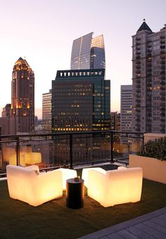 rooftop with glowin chair, Penthouse Interior Exterior, Exterior Design, Interior Ideas, Apartamento Penthouse, Rooftop Terrace Design, Rooftop Deck, Terrace Ideas, Rooftop Lounge, Terrasse Design