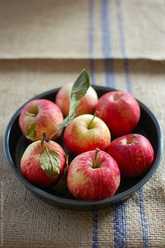 Autumn is the season of apple picking. Pureed Food Recipes, Apple Recipes, Clean Recipes, Healthy Recipes, Drink Recipes, Fruit And Veg, Fruits And Veggies, Fresh Fruit, Fresh Apples