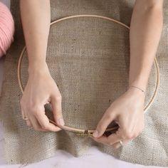 Une Pochette Punch Needle – Rug making Diy Embroidery, Embroidery Patterns, Crochet Patterns, Salon Du Diy, Weaving Loom Diy, Pochette Diy, Couture Main, Rug Yarn, Crochet Video