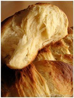Sous sa croute croustillante se cache une mie filante,moelleuse et délicatement parfumée. Cette brioche est vraiment délicieuse, je ne peux que vous la conseiller ! Une recette dénichée sur le blog de Cindy, Gorgeous& Delicious. Ingrédients : – 500 g de farine T.55 – 12,5 cl de lait – 1 …