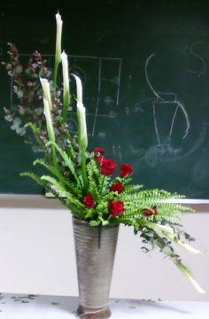 hogarth (s자형) 꽃꽂이 소재 : 장미. 카라. 네프리스. 유카리 영국 윌리엄 호가스의 이름으로 명명된 꽃꽂이 아름답고, 세련된 형태로 가늘고 유동감있고 우아함이 특징. 눕히는형, 똑바로 세우는 형, 미스듬히 세우는형, 크고 작은 Ikebana, Cut Flowers, Silk Flowers, Flower Packaging, Church Flowers, Silk Flower Arrangements, My Flower, Pots, Flower Designs