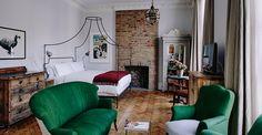 Parquet floor bedroom w/ cornicing