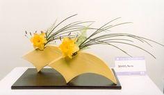 Risultati immagini per ikebana arte floral japones Contemporary Flower Arrangements, Small Flower Arrangements, Ikebana Flower Arrangement, Ikebana Arrangements, Make Arrangements, Flower Vases, Arte Floral, Hand Built Pottery, Japanese Flowers