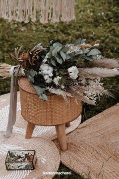 Brautstrauß Inspiration: Eukalyptus, Baumwolle & Pampasgras. Perfekte Blumen für eine Bohobraut. Sea, Table Decorations, Inspiration, Wedding, Home Decor, Vases, Small Weddings, Bouquet Wedding, Tips