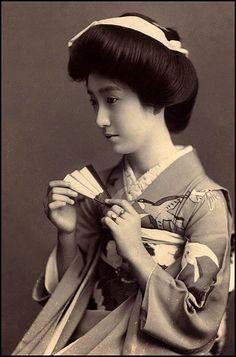 Japanese lady with traditional japanese kimono Geisha Japan, Japanese Geisha, Japanese Beauty, Vintage Japanese, Japanese Lady, Kyoto Japan, Samurai, Traditional Japanese Kimono, Memoirs Of A Geisha