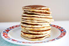 Bananpannekaker er virkelig en hit til frokost! Nydelig som et sunnere alternativ til f.eks. amerikanske pannekaker. Disse lages med havremel og cottage cheese som gjør dem grove og proteinrike. Sammen med litt frukt og bær er dette en næringsrik og mettende frokost som smaker godt! 🙂 Grove bananpannekaker med cottage cheese Hvor mange? Ca. 12 ...read more →