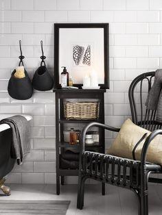 Förebygg stressade morgnar och skapa dig en lugn atmosfär i badrummet. Dröj dig kvar en stund i STORSELE fåtölj. HEMNES hylla. Stylist: Hans Blomqvist
