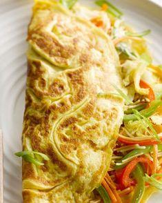 Deze Aziatische omelet met groenten en noedels is een verrassend ontbijt of lunch. De Oosterse specerijen en kruiden maken het helemaal af.
