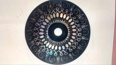 Male eine CD komplett schwarz an. Ist die Farbe trocken, musst du mit dem Schraubenzieher kratzen.