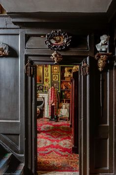 In the heart of London's East End, we can discover a mysterious mansion named Malplaquet House, typical and old. Dating from this incredible house i Georgian Interiors, Georgian Homes, House Interiors, Black Interiors, Vintage Interiors, London Mansion, London House, Halls, Wrought Iron Gates