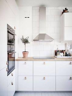 Adorable 63 Inspiring Modern Scandinavian Kitchen Ideas https://bellezaroom.com/2017/12/20/63-inspiring-modern-scandinavian-kitchen-ideas/