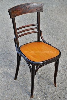 Dřevěné #židle 2 ks. s vyřezávanou opěrkou  #vetešnictví #bazar #bazarnábytku #retro #junkshop #vetesnictviukopretinky