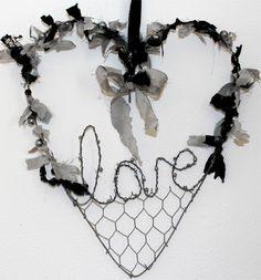 Ho sagomato il fil di ferro a forma di cuore. Hoi ho sagomato la scritta LOVE e poi ho passato il cuore e la scritta sul gas per far diventare il fil di ferro....... http://www.lisoladeglidei.it/