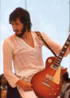 Pete Townshend with a Cherry Sunburst Les Paul Deluxe (early 1970s model).