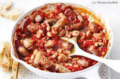 Bratwürstel in ca. 4 cm lange Stücke schneiden. Fenchelsamen in einem Mörser zerstoßen. Zwiebel und Knoblauch schälen, Zwiebel fein würfeln, Knoblauch pressen. Rosmarin fein hacken. 2 EL Öl in einer großen Pfanne erhitzen, die Bratwürstel darin rundum 4... Kung Pao Chicken, Shrimp, Sausage, Pork, German Recipes, Meat, Ethnic Recipes, Onion, Beans