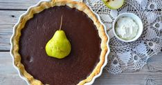Křehký koláč z křupavého mandlového těsta, pokrytého lesklou čokoládovou hmotou. Ke každému dílku tohoto koláče podejte lžíci našlehané sm...