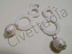 Orecchini crochet in cotone bianco lurex e perle barocche