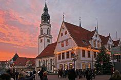 Die St. Marien Kirche und das Alte Rathaus beim Sonnenuntergang.