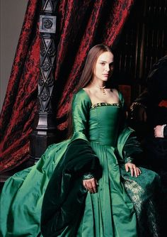 Natalie Portman as Anne Boleyn in the movie 'The Other Boleyn Girl'. Wonderful gown of the Tudor Era by Sandy Powell Tudor Costumes, Period Costumes, Movie Costumes, Mode Renaissance, Renaissance Fashion, Tudor Dress, Medieval Dress, Historical Costume, Historical Clothing