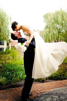 porté de la mariée avec belle souplesse du marié