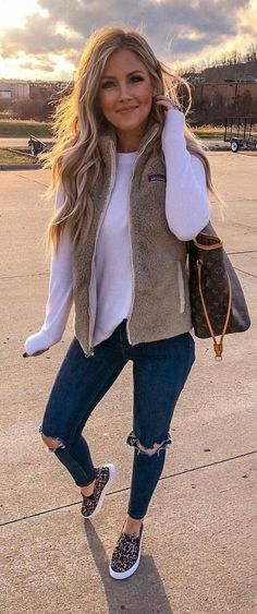 White long-sleeved shirt and beige vest casual comfy outfits, trendy outfits, cute Cute Casual Outfits, Short Outfits, Outfits With Vests, Lazy Outfits, Casual Shorts, Girls Night Outfits, Casual Shopping Outfit, Cute Outfits For Fall, Comfortable Fall Outfits