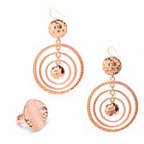Hammered jewelry pieces add such a fab european flair to any ensamble!