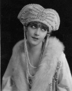 Vilma Banky & pearls