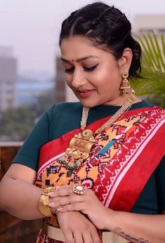 Meet the Indian woman who's made a career out of draping saris in a myriad of ways | The News Minute Sonam Kapoor, Deepika Padukone, Smriti Irani, Instagram Handle, Priyanka Chopra, Saris, Draping, Daily Wear, Indian Jewelry
