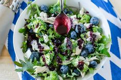 This 21 Day Fix Kale Blueberry Salad is a super healthy way to get your greens in - and also a great way to use up leftover chicken! Blueberry Salad, Kale Recipes, Healthy Salad Recipes, Different Chili Recipe, Healthy Stuffed Mushrooms, Healthy Broccoli Salad, 21 Day Fix Meal Plan, Eating Raw
