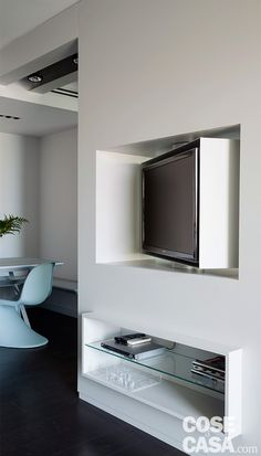 L'abitazione, di nuova costruzione, mette in luce soluzioni architettoniche, scenografiche e funzionali allo stesso tempo, che valorizzano le linee essenziali e attualissime degli arredi. I contrasti in chiaroscuro sono protagonisti degli ambienti aperti e luminosi.