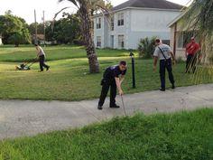 #интересное  Пожарные закончили работу, которую начал пожилой мужчина (4 фото)   65-летний житель города Спринг-Хилл, штат Флорида, США, Ральф МакКрори (Ralph McCrory) перенес сердечный приступ во время работы возле дома. Пожилой мужчина взялся стричь газон, однако, был с�