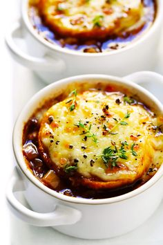 The BEST French Onion Soup recipe It s easy to make full of delicious caramelized onions and topped with the classic cheesy baguette slices A delicious vegetarian dinner recipe perfect for fall and winter Vegetarian Recipes Dinner, Gourmet Recipes, Cooking Recipes, Classic French Onion Soup, Onion Soup Recipes, Caramelized Onions, Caramelized Onion Recipes, Clean Eating Snacks, Soups And Stews