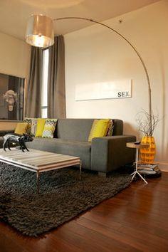 combo: sofá cinza + almofadas amarelas + luminária + tapete fofinho