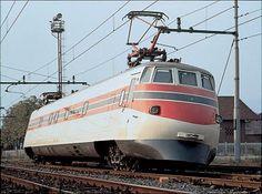 [OThistory] Compie 25 anni il Pendolino, supertreno sviluppato da Fiat Ferroviaria (oggi Alstom) nel 1974 ed entrato in servizio 14 anni più tardi come Etr 450, capace di affrontare le curve a 250 Km/h, grazie alla possibilità di inclinarsi senza compromettere la sicurezza e il confort dei passeggeri. Electric Locomotive, Diesel Locomotive, Rail Transport, Public Transport, New Holland, Turin, Italy Train, Maserati, Third Rail
